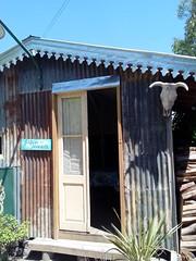 Galpon de la peonada. Epoca de quesos. Tandil (ireriverside) Tags: puertas tandil proyectopuertas door doorway rancho bar antigua epocadequesos madera wood chapadezinc tinroof cabezadevaca bullskull