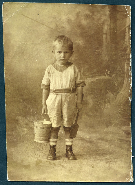 1920s boy portrait fashion toys child porträt kind johann junge eimer schaufel söckchen strümpfe leathershoes kinderphoto lederschuhe atelierphoto eimerchen 1920er archivhansmichaeltappen