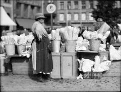Dagligt liv i Sverige 1930 (Tekniska museet) Tags: women htorget flowerseller farmersmarkets tekniskamuseet kvinna squaremarket torghandel thenationalmuseumofscienceandtechnology torgmarknad edschtt blomsterfrsljare