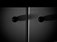 Sombra de ojos (Luicabe) Tags: blanconegro cabello enazamorado interior luicabe luis madera monocromático mueble pomo puerta sombra yarat1 zamora