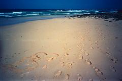 Liebeszeichen (Ulla M.) Tags: sea beach strand sand meer heart fuerteventura spuren rangefinder vignette herz olympusxa atlantik selfdeveloped 24x36 kleinbild selbstentwickelt tetenalcolortec reflectaproscan10t