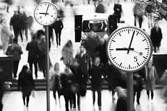 01/52 (2017): The times they are a changin' (Sean Hartwell Photography) Tags: week12017 52weeksthe2017edition weekstartingsundayjanuary12017 canarywharf docklands towerhamlets clock people movement motion blur crowd commuters time busy