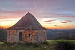 Coucher de soleil sur les vieilles pierres (Denis Vandewalle) Tags: sunset coucherdesoleil sky skylight ciel nuages clouds quercy lot midipyrénées occitanie paysage landscape denisvandewalle pentaxk5