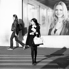 Bâle, Suisse (Etienne Ehret) Tags: bâle basel suisse schweiz street rue noir noirblanc blanc bw black white canon 5d mark iii 135mm sériel f2