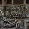 Gujarat - Mimétisme à Ahmedabad. (Gilles Daligand) Tags: ahmedabad gujarat inde velomoteurs abandon carcasses cour immeuble trash panasonic tz7