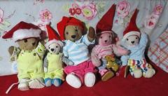 meine Teddys haben Wichtelmützen, darauf sind sie ganz stolz (evi früher evioletta) Tags: teddys mützen rot