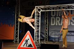 Duo Ingravido (mattrkeyworth) Tags: udwue2015 würzburg umsonstunddraussen duoingravido udwue sonya7r acrobat gymnast male muscular sel55f18z people sonnartfe1855 zeiss