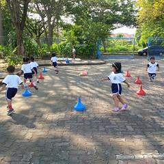 kegiatan-olahraga-memindah-bola-lari-silang (1)