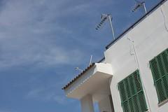 Fenster und Antennen (kokorage) Tags: summer sky white house green window architecture clouds spain sommer fenster himmel wolken haus architektur grn typical mallorca antenne spanien antennas typisch weis alcdia