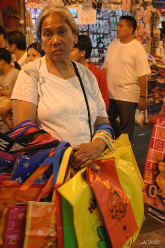quiapo vendor old woman elderly manila street sidewalk Pinoy Filipino Pilipino Buhay  people pictures photos life Philippinen  菲律宾  菲律賓  필리핀(공화국) Philippines