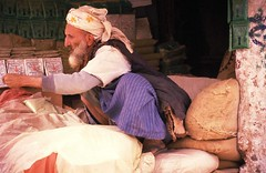 78-21 (World Picture Service) Tags: people 1987 middleeast arabia yemen sanaa yemeni arabianpeninsula worldpictureservice yemenipeople peopleofyemen muslimcountry tourbycar