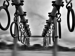 (wakalani) Tags: park parque playground lensbaby cadenas clayton olympus chain aros vistas cadena ferropool wakalani masvistas utatafeature mes052006
