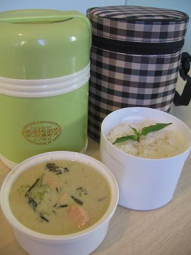 แกงเขียวหวานแซลมอน กับข้าวสวยร้อนๆ ในกระติกข้าว