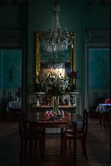 Salon - Château de la Ronce (Meculda) Tags: salon intérieur château normandie eure table lustre chaise