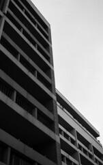- (Robin Danos) Tags: film noir kodak 400 et blanc immeuble argentique pellicule