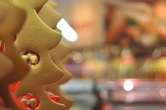 Bokeh - in the supermarket (nirak68) Tags: lübeck schleswigholsteinkreisfreiehansestadtlübeck deutschland ger 343366 mönkhofkarree campus real laden tannenbaum kugeln deko weihnachten advent bokeh woche42 gold flickr 52wochenfotochallenge 2016ckarinslinsede