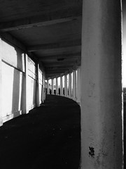 Colonâd / Colonnade, Blackpool (1923-5) (Rhisiart Hincks) Tags: arkitektura architecture adeiladouriezh tisavouriezh ailtireachd pennserneth duagwyn gwennhadu dubhagusgeal dubhagusbán zuribeltz czarnobiałe blancinegre blancetnoir blancoynegro blackandwhite 黒と白 zwartenwit mustajavalkoinen crnoibelo černáabílá schwarzundweis اسودوابيض، bw feketefehér melnsunbalts juodairbalta negrușialb siyahvebeyaz črnoinbelo черноеибелое чорнийібілий blackpool sirgaerhirfryn fyldecoast lancashire lloegr powsows england ewrop europe ròinneuropa eu ue sasana brosaoz ingalaterra angleterre inghilterra anglaterra 英国 angletèrra sasainn انجلتــرا anglie ngilandi fylde holidayresort cyrchfangwyliau