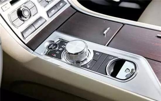 現在的科技真是太發達了!竟然讓有30年駕齡司機第一次開兒子豪車找不到換擋杆 大罵兒子敗家 讓兒子哭笑不得...