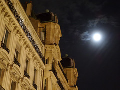 Champs-lyses (Toni Kaarttinen) Tags: moon paris france night champselysees lights evening frankreich frana frankrijk prizs francia iledefrance parijs parisian buidling pars  parigi frankrike champslyses  pary   francja ranska pariisi  franciaorszg  francio parizo  frana