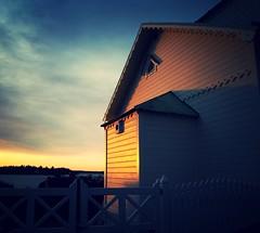 A white fence live! (Mintra Tipas) Tags: sunrise white house fence haus weiss zaun meer sea sonnenaufgang sweden schweden draussen morgen morning outside sun sonne