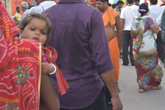 Baby in the street (yellaw travel) Tags: inde india asia asie baby mum criwd foule maman mère mother bébé enfant fête celebration god dieu mathura matura