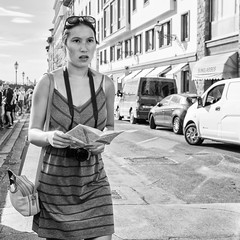 Looking for her way (Jorge_Soriano) Tags: streetportrait beauties consultandoelmapa florencia expression streetphotography orientals lugares italia generos glasses outfit fotógrafos checkingthemap expresion firenze italy orientales retratosdecalle