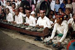 26-433 (ndpa / s. lundeen, archivist) Tags: girls people bali color men film boys musicians kids 35mm children indonesia dance sitting audience 26 stage traditional nick performance culture flute southpacific 1970s spectators 1972 headbands seated gong cymbals indonesian gamelan onlookers balinese gongs dewolf oceania pacificislands metallophone nickdewolf photographbynickdewolf metallophones pacificislandculture reel26