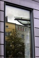 Fensterspiegelung (Rdiger Stehn) Tags: reflection deutschland europa fenster architektur bauwerk spiegelung gebude glas kiel schleswigholstein 2000s norddeutschland schauspielhaus glasscheibe mitteleuropa 2015 fensterscheibe profanbau fensterglas 2000er holtenauerstrase schauspielhauskiel canoneos550d kielblcherplatz