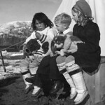 Ginger and Wendy Anderson... playing with an Inuit girl and a husky puppy / Ginger et Wendy Anderson... jouent avec une fille inuite et un chiot husky thumbnail