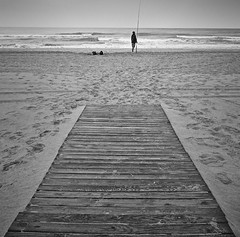 pescador (Luis Mª) Tags: valencia gandía playa pescador paisaje marina persona arena