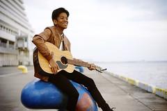 Nyi Nyi (Eric Flexyourhead) Tags: chuoku 中央区 kobe kobeshi 神戸市 hyogo 兵庫県 kansai 関西地方 japan 日本 merikenpark merikenkoen kobemerikenparkorientalhotel city urban harbour dock pier portrait guy man dude burmese musician guitarist guitarplayer smile smiling happy shallowdepthoffield sonyalphaa7 zeisssonnartfe55mmf18za zeiss 55mmf18