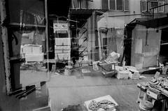 (a.pierre4840) Tags: olympus om4ti zuiko 28mm f2 ilford hp5 ilfordhp5 bw blackandwhite monochrome noiretblanc streetphotography candid doubleexposure hongkong