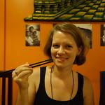 Julia probiert frittierte Grillen