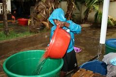 Rashid verzamelt water als het regent