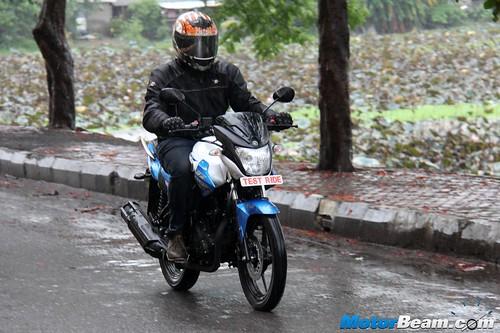 2015-Yamaha-SZ-RR-01