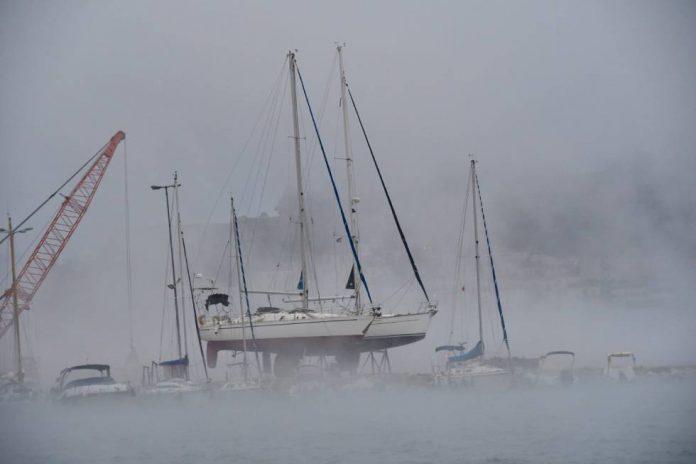 Μοναδικό θέαμα! Ο χιονισμένος καιρός έκανε το λιμάνι του Ναυπλίου να «βράζει»!