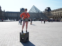 Strike a pose, Musee de Louvre!