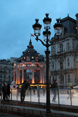 Skaters by Htel de Ville (Toni Kaarttinen) Tags: sunset paris france night lights hotel evening frankreich hoteldeville cityhall skating frana skaters skater frankrijk prizs francia iledefrance ville parijs suns parisian pars  hteldeville parigi frankrike  pary   francja ranska pariisi  franciaorszg  francio parizo  frana