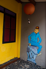 Tintin et le lotus bleu (Erminig Gwenn) Tags: vert 6654 chineese chinoise quarter district quartier malacca melaka melacca malaka malaysia malaisie asia asie canoneos6d canon6d canon lightroom lightroom6d lightoomcc adobelightroom tintin hergé lotus bleu costume déguisement vase peinture painting fresque paint jaune yellow blue lanterne light façade commercialuseisprohibited utilisationcommercialeinterdite photounderlicencebyerminiggwenn photosparerminiggwenn