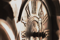 Goodbye 2016! (mara.arantes) Tags: clock macro watchhands ponteiros relógio monochrome old vintage cuco cukoo flickr texture