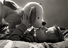 OTO, la mascota del cole. 197/365. (anajvan) Tags: mascota peluche juegos besos niño byn