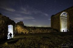 - Big Small - (A.Coleto) Tags: noche nihgt canon castillo castle montalban estrellas stars linternas abandonado