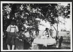 """Archiv K828 """"Kurz vor der Abfahrt, 9. September 1932"""" (Hans-Michael Tappen) Tags: archivhansmichaeltappen kaffeetrinken geschirr kaffeekanne tisch tischdecke outdoor korbsessel kleidung outfit fashion lederhose trachtenhut hutfeder hosenträger braces damenhut 1932 holzstuhl 1930s 1930er"""