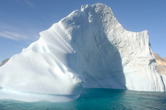 iceberg en approche (francois Dequidt) Tags: voyage travel sea mer expedition water eau photographie greenland iceberg polar glace expdition northpole ocan groenland jour08 icebergjour082 05groen vnementetthme pogpog 3toiles