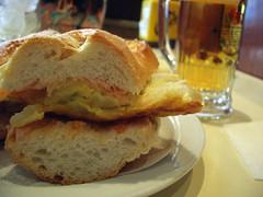 bocadillo de tortilla con su tomate bien untado (Barcelona)