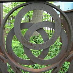 Oak Park Park (p2wy) Tags: geotagged grate gate circles oakpark squarecircle triskele p2wy shalliputitontheunderhillaccountseor triqutre
