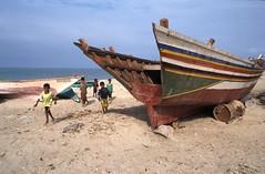 Khokha - Yemen (boal) Tags: sea film beach kids boats sand nikon 2000 curves yemen 24mm fm courbes 24x36 epsonv700 khawkha khokha