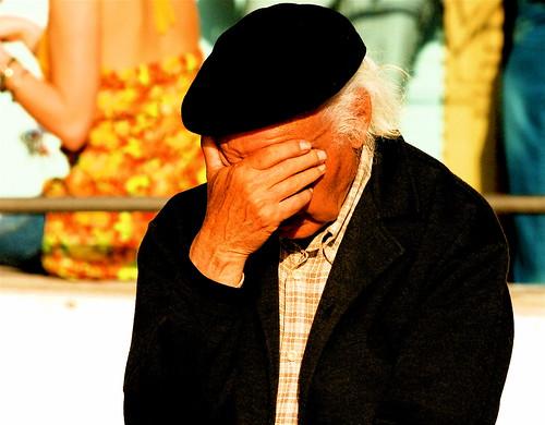 フリー画像| 人物写真| 一般ポートレイト| 老人/お年寄り| おじいさん/おじいちゃん|  落胆/落ち込む| 帽子| ポルトガル人|    フリー素材|