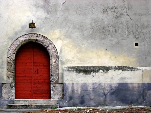 une porte rouge