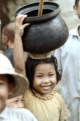 26-142 (ndpa / s. lundeen, archivist) Tags: people bali color film girl smile face smiling 35mm indonesia village child 26 nick pot southpacific balance local 1970s 1972 balancing indonesian carry carrying younggirl villager balinese dewolf oceania pacificislands nickdewolf photographbynickdewolf onherhead reel26